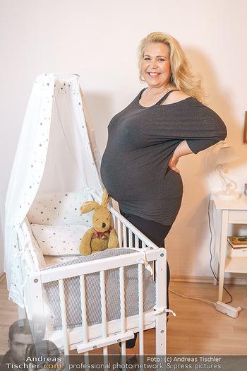 Susanna Hirschler Homestory mit Babybauch - Privatwohnung Wien - Do 15.10.2020 - Susanna HIRSCHLER mit Babywiege1