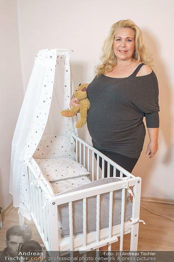 Susanna Hirschler Homestory mit Babybauch - Privatwohnung Wien - Do 15.10.2020 - Susanna HIRSCHLER mit Babywiege3