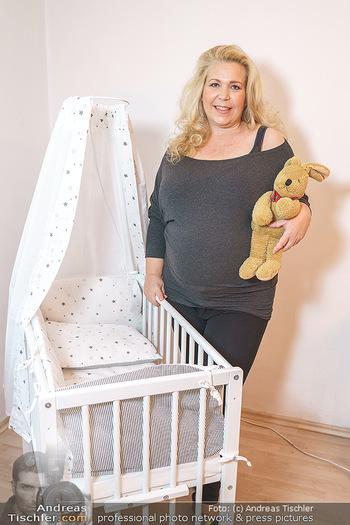 Susanna Hirschler Homestory mit Babybauch - Privatwohnung Wien - Do 15.10.2020 - Susanna HIRSCHLER mit Babywiege4