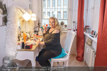 Susanna Hirschler Homestory mit Babybauch - Privatwohnung Wien - Do 15.10.2020 - Susanna HIRSCHLER bei ihrem Schminktisch7