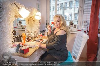 Susanna Hirschler Homestory mit Babybauch - Privatwohnung Wien - Do 15.10.2020 - Susanna HIRSCHLER bei ihrem Schminktisch8