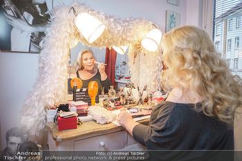 Susanna Hirschler Homestory mit Babybauch - Privatwohnung Wien - Do 15.10.2020 - Susanna HIRSCHLER bei ihrem Schminktisch9