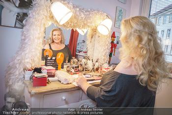 Susanna Hirschler Homestory mit Babybauch - Privatwohnung Wien - Do 15.10.2020 - Susanna HIRSCHLER bei ihrem Schminktisch10