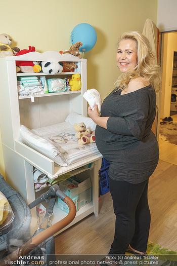 Susanna Hirschler Homestory mit Babybauch - Privatwohnung Wien - Do 15.10.2020 - Susanna HIRSCHLER beim neuen Wickeltisch16