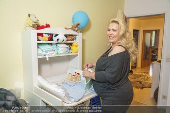 Susanna Hirschler Homestory mit Babybauch - Privatwohnung Wien - Do 15.10.2020 - Susanna HIRSCHLER beim neuen Wickeltisch17