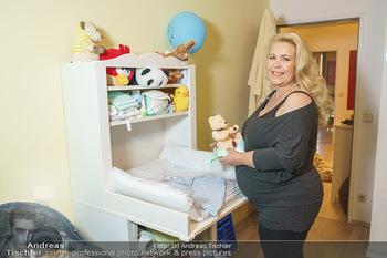 Susanna Hirschler Homestory mit Babybauch - Privatwohnung Wien - Do 15.10.2020 - Susanna HIRSCHLER beim neuen Wickeltisch18