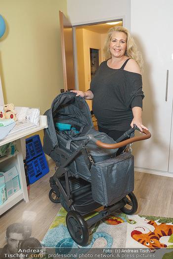 Susanna Hirschler Homestory mit Babybauch - Privatwohnung Wien - Do 15.10.2020 - Susanna HIRSCHLER mit Kinderwagen19