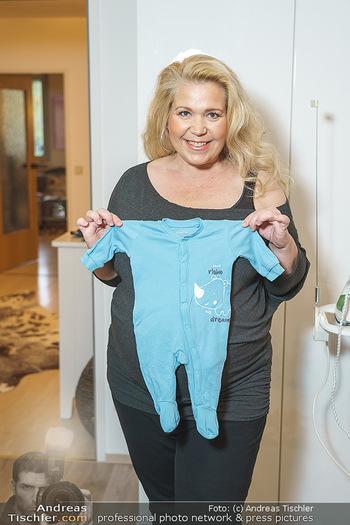 Susanna Hirschler Homestory mit Babybauch - Privatwohnung Wien - Do 15.10.2020 - Susanna HIRSCHLER mit Babystrampler (Strampelanzug)21