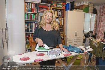 Susanna Hirschler Homestory mit Babybauch - Privatwohnung Wien - Do 15.10.2020 - Susanna HIRSCHLER bügelt Babygewand22