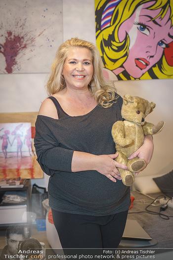 Susanna Hirschler Homestory mit Babybauch - Privatwohnung Wien - Do 15.10.2020 - Susanna HIRSCHLER mit Teddybär aus ihrer eigenen Kindheit24