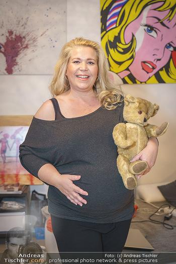 Susanna Hirschler Homestory mit Babybauch - Privatwohnung Wien - Do 15.10.2020 - Susanna HIRSCHLER mit Teddybär aus ihrer eigenen Kindheit25