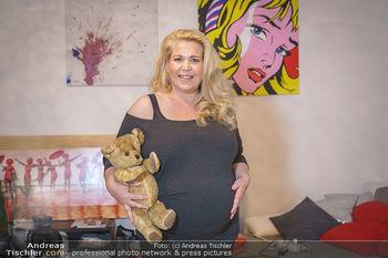 Susanna Hirschler Homestory mit Babybauch - Privatwohnung Wien - Do 15.10.2020 - Susanna HIRSCHLER mit Teddybär aus ihrer eigenen Kindheit26