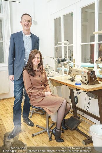 Grand Opening - Modeatelier Alina Dax - Sa 17.10.2020 - Alina und Andreas DAX in der hauseigenen Werkstatt mit Nähmasch10