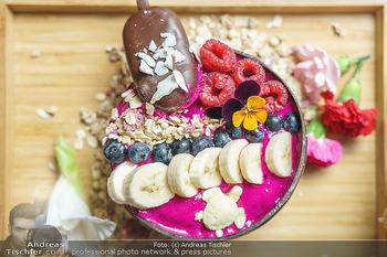 Influencer mixen Bowls - Oio Poke, Wien - So 18.10.2020 - gesunde und leckere Bowl mit Bananen, Heidelbeeren, Himbeeren, e14