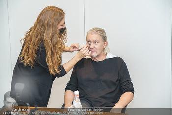 DAC Kalendershooting - BMW Wien Heiligenstadt - Mo 19.10.2020 - Johnny LOGAN in der Maske, beim Schminken und Styling, backstage20
