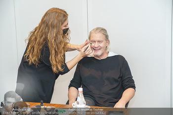 DAC Kalendershooting - BMW Wien Heiligenstadt - Mo 19.10.2020 - Johnny LOGAN in der Maske, beim Schminken und Styling, backstage21
