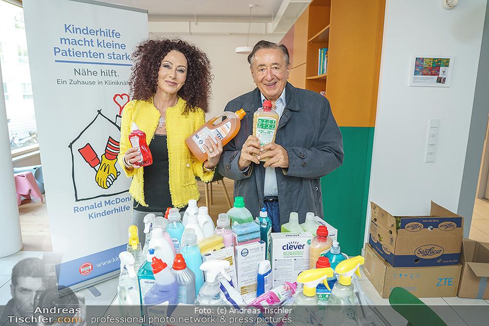 Lugners spenden Putzmittel - 2020-10-20 - Kinderhilfehaus Wien