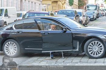 Lugners spenden Putzmittel - Kinderhilfehaus Wien - Di 20.10.2020 - Richard LUGNER mit Krücken beim Aussteigen aus dem Auto2