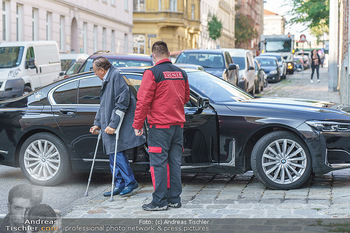 Lugners spenden Putzmittel - Kinderhilfehaus Wien - Di 20.10.2020 - Richard LUGNER mit Krücken, Chaffeur, Limousine BMW3