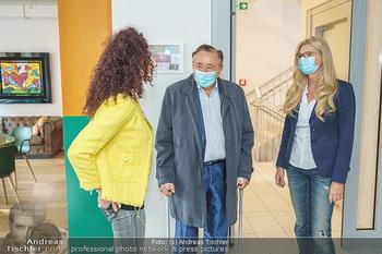 Lugners spenden Putzmittel - Kinderhilfehaus Wien - Di 20.10.2020 - Richard und Christina LUGNER, Karin SCHMIDT7