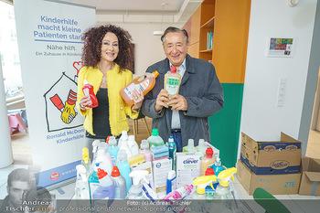 Lugners spenden Putzmittel - Kinderhilfehaus Wien - Di 20.10.2020 - Richard und Christina LUGNER11