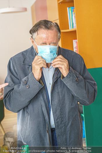Lugners spenden Putzmittel - Kinderhilfehaus Wien - Di 20.10.2020 - Richard LUGNER mit Corona Schutzmaske Covid19-MNS Maske12