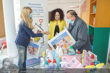 Lugners spenden Putzmittel - Kinderhilfehaus Wien - Di 20.10.2020 - Karin SCHMIDT, Richard und Christina LUGNER13