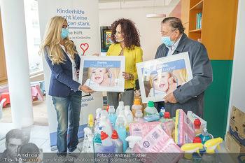 Lugners spenden Putzmittel - Kinderhilfehaus Wien - Di 20.10.2020 - Karin SCHMIDT, Richard und Christina LUGNER14