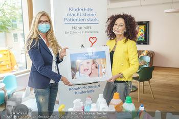 Lugners spenden Putzmittel - Kinderhilfehaus Wien - Di 20.10.2020 - Karin SCHMIDT, Christina LUGNER16