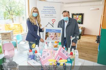 Lugners spenden Putzmittel - Kinderhilfehaus Wien - Di 20.10.2020 - Karin SCHMIDT, Richard LUGNER18