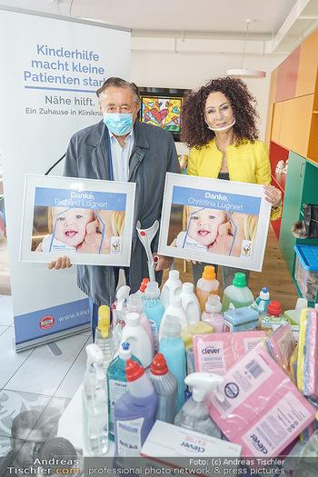 Lugners spenden Putzmittel - Kinderhilfehaus Wien - Di 20.10.2020 - Richard und Christina LUGNER21