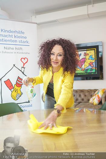 Lugners spenden Putzmittel - Kinderhilfehaus Wien - Di 20.10.2020 - Christina LUGNER putzt, beim Putzen24