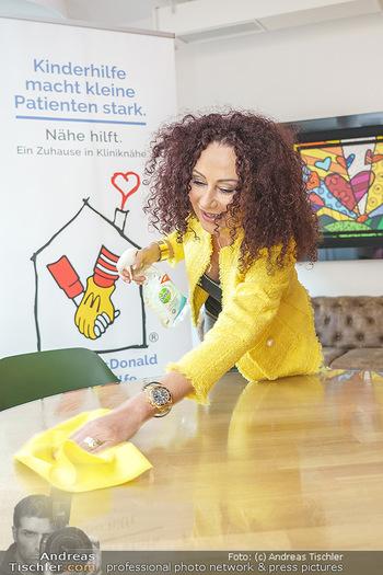 Lugners spenden Putzmittel - Kinderhilfehaus Wien - Di 20.10.2020 - Christina LUGNER putzt, beim Putzen25