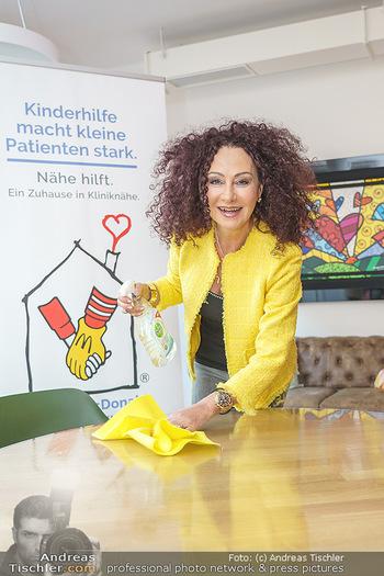 Lugners spenden Putzmittel - Kinderhilfehaus Wien - Di 20.10.2020 - Christina LUGNER putzt, beim Putzen26