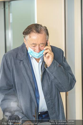 Lugners spenden Putzmittel - Kinderhilfehaus Wien - Di 20.10.2020 - Richard LUGNER telefoniert, Corona MNS Schutzmaske covid-1932