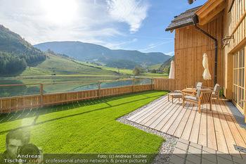 Neue Chalets am Schneeberg - Puchberg am Schneeberg - Fr 23.10.2020 - Terrasse, Balkon mit Rasen und Ausblick auf See und Natur29