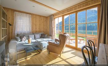 Neue Chalets am Schneeberg - Puchberg am Schneeberg - Fr 23.10.2020 - Wohnraum Wohnzimmer Terrasse living modern Esstisch Kamin Holz g30
