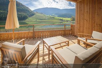 Neue Chalets am Schneeberg - Puchberg am Schneeberg - Fr 23.10.2020 - Terrasse, Balkon mit Rasen und Ausblick auf See und Natur41