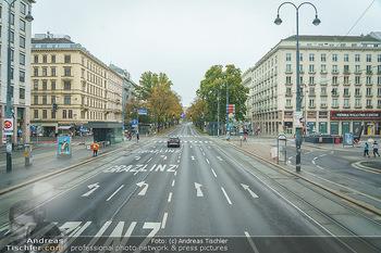 Big Bus Citytour - Wien - So 25.10.2020 - Ringstraße Ring bei der Oper Wien ohne Verkehr, menschenleer7
