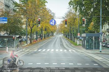 Big Bus Citytour - Wien - So 25.10.2020 - Ringstraße Opernring Wien ohne Verkehr, menschenleer, Fahrspure9