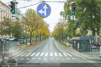 Big Bus Citytour - Wien - So 25.10.2020 - Ringstraße Opernring Wien ohne Verkehr, menschenleer, Fahrspure10