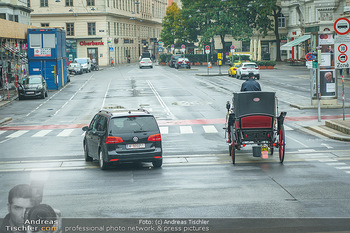 Big Bus Citytour - Wien - So 25.10.2020 - Auto überholt Fiaker in Wien auf der Ringstraße, Pferdekutsche16