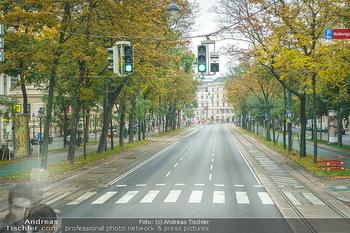 Big Bus Citytour - Wien - So 25.10.2020 - Ampel grün Ringstraße Wien ohne Verkehr, menschenleer, Fahrspu25