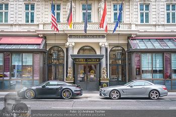 Big Bus Citytour - Wien - So 25.10.2020 - Hotel Sacher Wien mit Luxusautos vor Eingang, Touristen, Tourism26