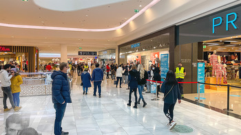 Corona Lokalaugenschein SCS - SCS Vösendorf - Mo 07.12.2020 - Warteschlange vor dem PRIMARK, Ordner achten auf Abstände16