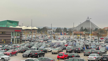 Corona Lokalaugenschein SCS - SCS Vösendorf - Mo 07.12.2020 - Überfüllter Parkplatz vor dem Interspar in der SCS19