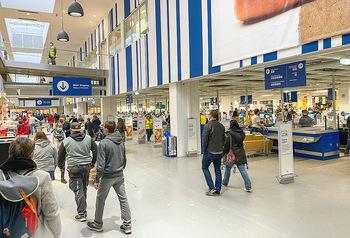 Corona Lokalaugenschein SCS - SCS Vösendorf - Mo 07.12.2020 - Viele Kunden nützen den Einkaufstag bei IKEA, Warteschlangen an26