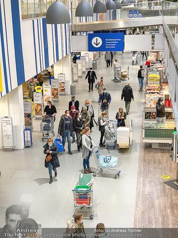 Corona Lokalaugenschein SCS - SCS Vösendorf - Mo 07.12.2020 - Kunden shoppen mit Abstand vor dem IKEA, Einhaltung der Vorschri29