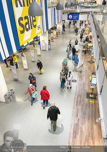 Corona Lokalaugenschein SCS - SCS Vösendorf - Mo 07.12.2020 - Kunden shoppen mit Abstand vor dem IKEA, Einhaltung der Vorschri30