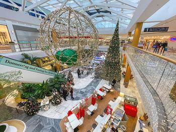 Corona Lokalaugenschein SCS - SCS Vösendorf - Mo 07.12.2020 - Marktplatz mit Weihnachtsschmuck und Christbaum in der SCS31
